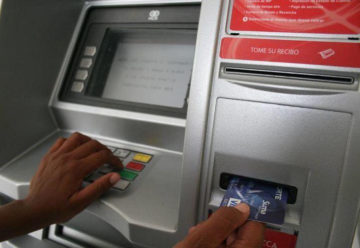 No tomarse el tiempo para leer lo que aparece en la pantalla del cajero automático bancario es un error que puede salir caro. (Sergio Orozco/SIPSE)