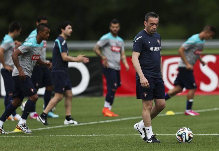 El técnico luso Paulo Bento (d) deberá modificar su alineación ante México debido a las lesiones de tres de sus estrellas. (EFE)