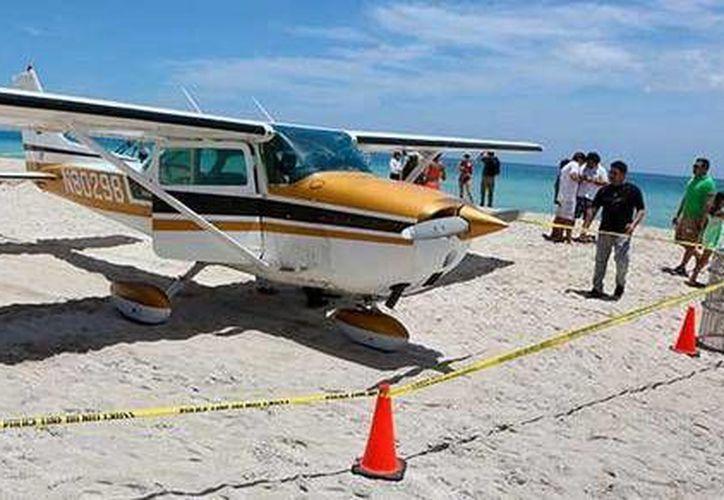 El domingo pasado, una avioneta arrolló a un hombre y su hija al aterrizar en una playa de Sarasota, Florida. (Twitter.com/@pulso_mx)