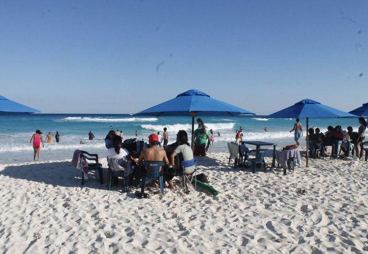 Las personas que visitan las playas  no recogen su basura. (Israel Leal/SIPSE)