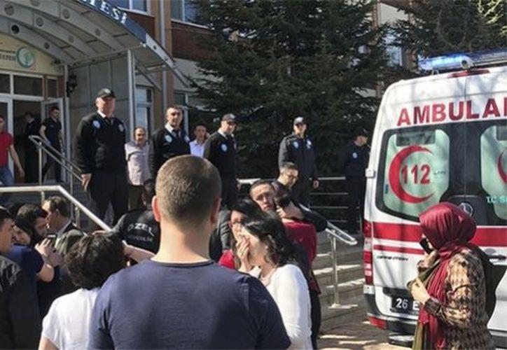 Además de las víctimas mortales, el asalto ha provocado tres heridos. (La Nación)