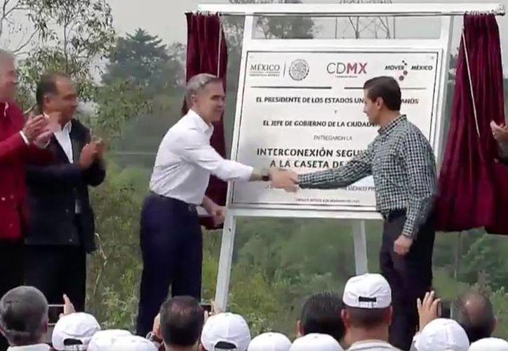 El presidente Enrique Peña Nieto y el jefe de Gobierno de la Ciudad de México, Miguel Ángel Mancera, develaron una placa con la que inauguraron formalmente la interconexión del segundo piso del Periférico con la caseta de Tlalpan. (Tomada de Twitter @PresidenciaMX)