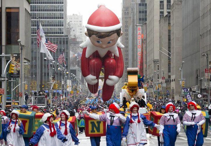 Más de tres millones de personas atestiguaron el paso de globos gigantes que festejaron el Día de Acción de Gracias en Nueva York. (AP)