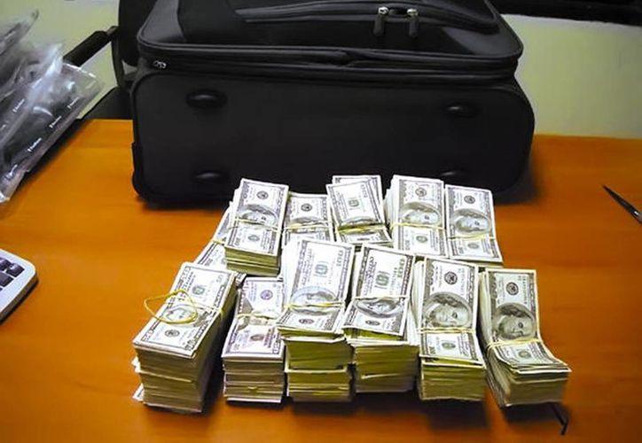 Autoridades panameñas  detectaron que las maletas tenían dobles fondos en los cuales se ocultaban los bultos de dinero en billetes de 100 dólares. (Foto de contexto tomada de diariowebcentroamerica.com)