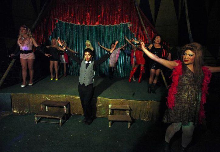 """Los artistas del espectáculo """"Fama"""", de transexuales, saludan al término de su actuación. (Agencias)"""