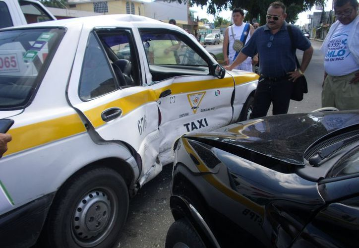 Paramédicos de la Cruz Roja tuvieron que batallar de más para sacar del taxi  a las lesionadas. (Redacción/SIPSE)