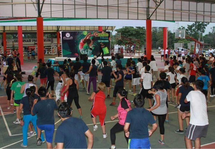 La clase de aerobics mantuvo activos a los asistentes de las actividades del plantel educativo para mantener una buena salud. (Manuel Salazar/SIPSE)