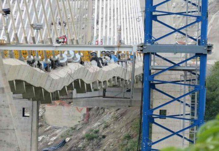 Pese a las visibles fallas, la constructora asegura que la estabilidad de la obra está garantizada. (Twitter @lorenzolizarazo)
