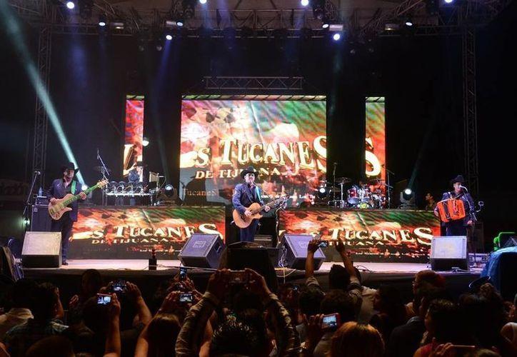 Los Tucanes de Tijuana ofrecieron lo mejor de su repertorio, por lo que las autoridades entregaron un reconocimiento a los integrantes del grupo ante una plaza repleta. (Manuel Salazar/SIPSE)
