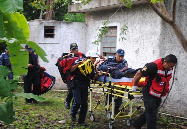 Imagen del traslado del rescatista al hospital después de caer al pozo al tratar de sacar a un hombre del lugar. (Milenio Novedades)