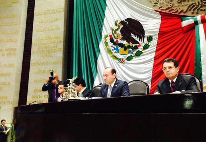 El nuevo presidente de la Cámara de Diputados (c) entró en sustitución de su correligionario Silvano Aureoles. (@julioc_moreno)
