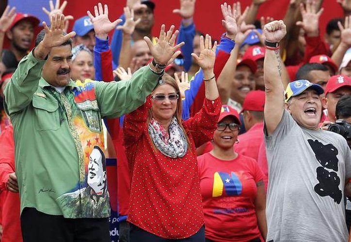 Diego Armando Maradona bailó y ondeó una bandera venezolana, como muestra de respaldo a Nicolás Maduro. (Vanguardia MX)