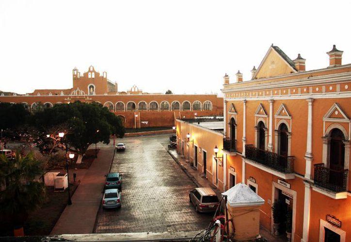 La enorme plaza de Izamal estaba flanqueada por los edificios K'inich K'áak' Mo', Itzamatul, Kabul y P'a'ap' Jool Cháak, sobre el cual se edificó el Convento de San Antonio de Padua. (Jorge Acosta/Milenio Novedades)