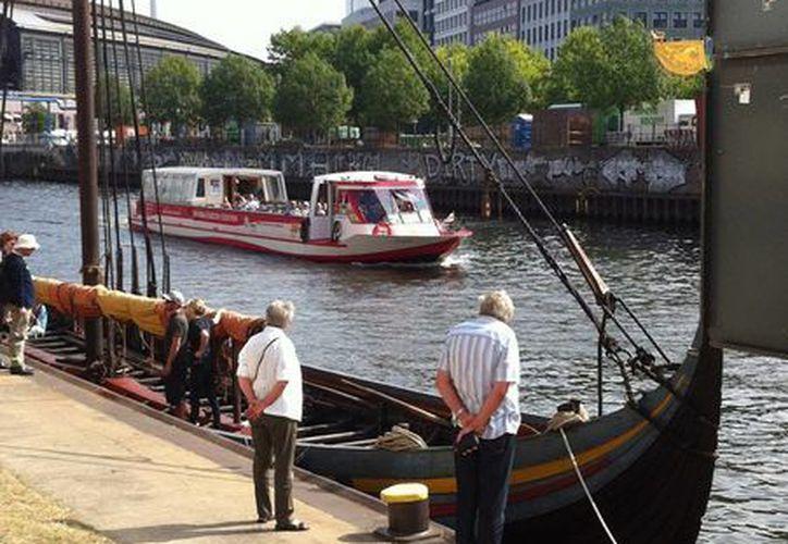 """El barco """"Havhingsten fra Glendalough"""" llegó a Berlín con motivo de la exposición """"Los Vikingos"""", montada en el Museo Martin Gropius Bau. (Notimex)"""
