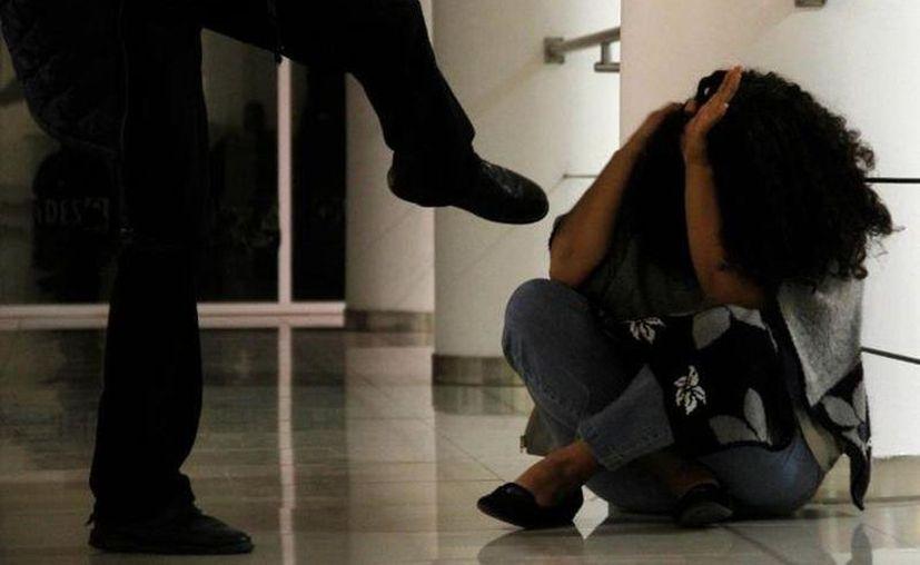 Muchas veces las mujeres desisten de la denuncia que han interpuesto y absuelven a su pareja de los cargos de violencia familiar; ahora no podrán hacerlo. (Archivo/Sipse)