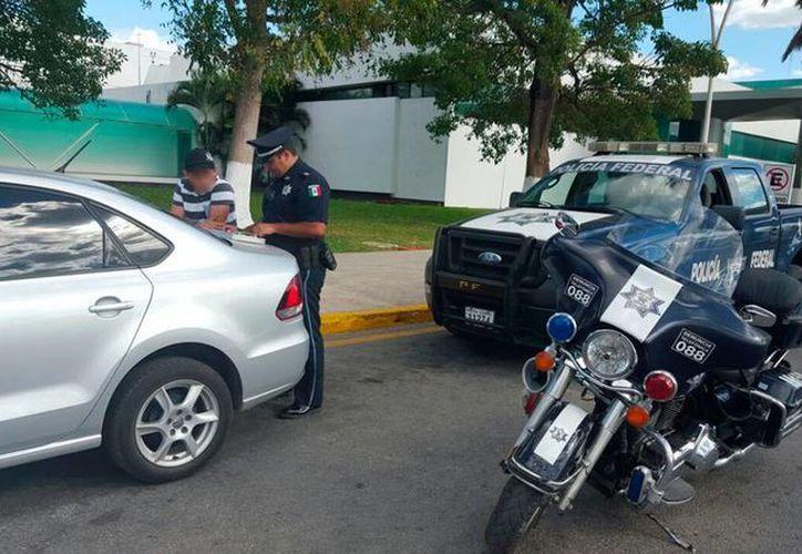 La policía detuvo levantó una automóvil de Uber que prestaba sus servicios en el aeropuerto de Mérida. (Cortesía)