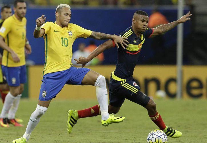 Neymar y Wilmar Barrios en partido ganado 2-1 por Brasil a Colombia. (AP)