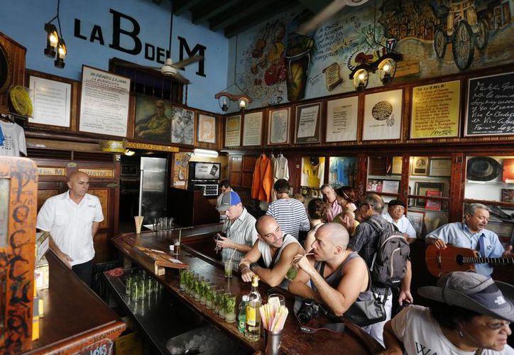 Turistas llenan el amoso bar La Bodeguita del Medio, donde el autor estadounidense Ernest Hemingway solía beber en La Habana Vieja, Cuba. (Agencias)