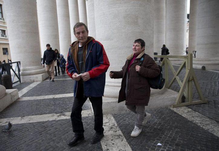 Robert Kokot, de Polonia, y su pareja Bárbara, dos clientes de la 'barbería' del Papa, este lunbes 16 de febrero de 2015. (Foto AP/Alessandra Tarantino)