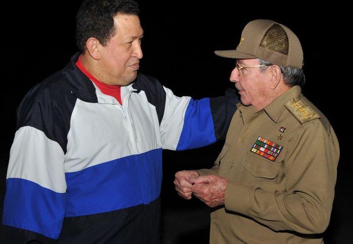 El presidente Hugo Chávez con Raúl Castro. (Agencias)