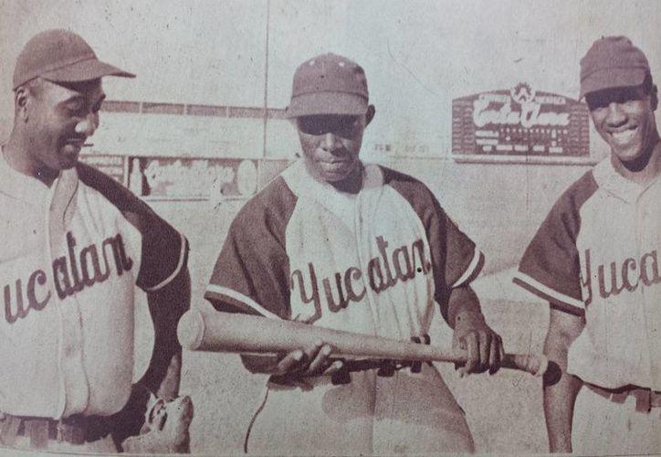 Jugadores de aquel primer partido de Leones de Yucatán, en 1954, en el parque Carta Clara. (Cortesía)