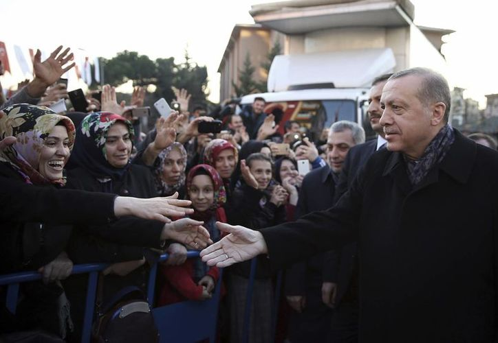El presidente de Turquía, Recep Tayyip Erdogan, saluda a sus seguidores en Estambul, el 25 de noviembre de 2016. El Mandatario criticó los escasos esfuerzos que está haciendo la UE en el marco del acuerdo de refugiados cerrado entre ambas partes en marzo. (Foto:Yasin Bulbul, Servicios de Presidencia de Turquía, via AP)