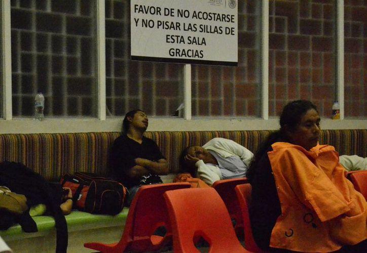 Algunas personas descansan mientras esperan noticias de sus familiares hospitalizados. (Milenio Novedades)