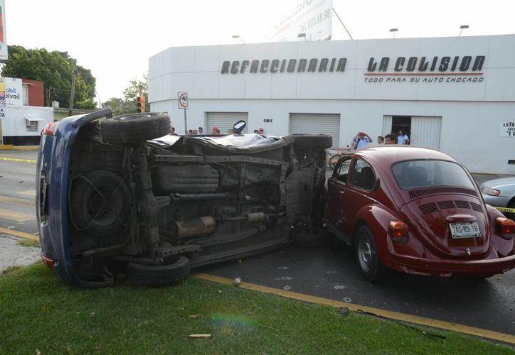 """El aparatoso accidente donde una familia resultó lesionada tuvo lugar por la mañana en la esquina de """"La Colisión"""" sobre la avenida Itzaes. (Milenio Novedades)"""