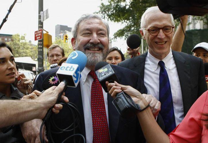 El abogado del Estado argentino Carmine Boccuzzi habla con periodistas a la salida de la corte del distrito sur de Manhattan después de una audiencia con el juez Tomas Griesa en Nueva York, este 1 de agosto de 2014. (EFE)