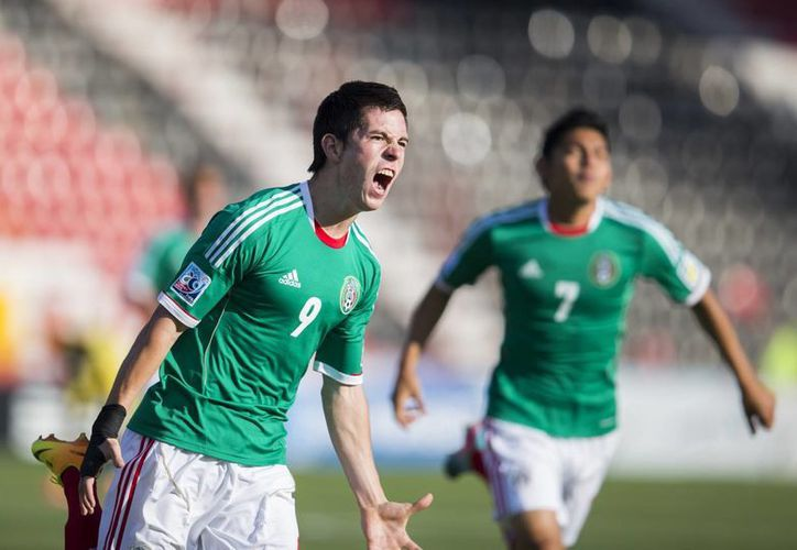 Marco Bueno y Jorge Espericueta celebran el primer gol del encuentro. (Agencias)