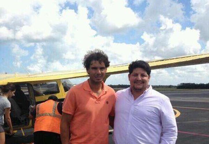 Rafael Nadal fue asediado por fanáticos del deporte blanco en el aeropuerto de la isla. (Twitter/@LuisGattwi)