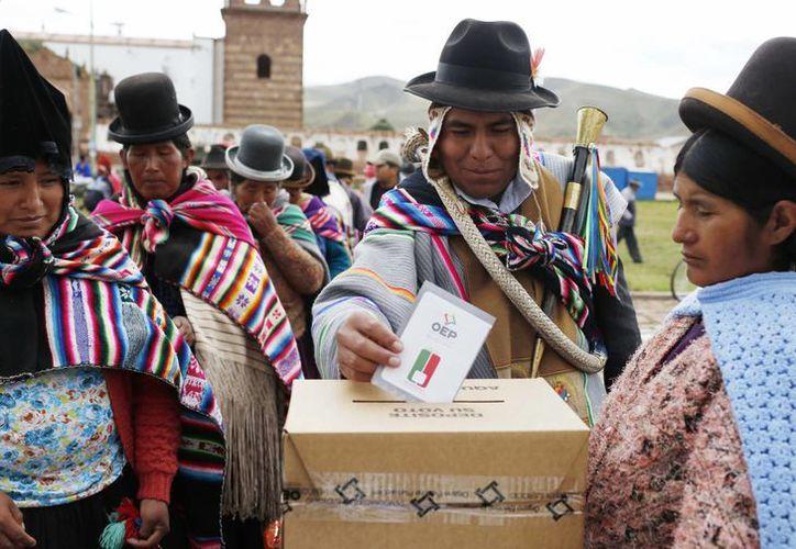 Este domingo millones de bolivianos acudieron a las urnas para decidir si Evo Morales puede o no postularse a la reelección. Los primeros resultados indican que la respuesta es NO. (AP)