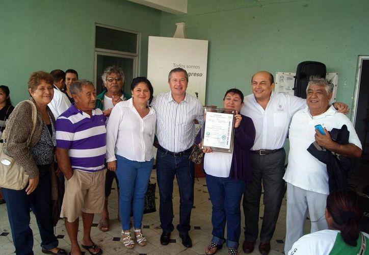 Entregan certificado a Laura Perera, representante de cooperativa. (SIPSE)