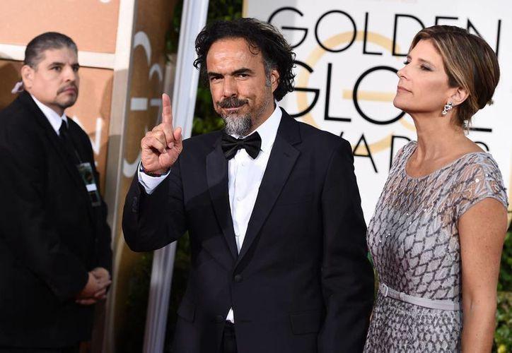 Alejandro Gonzalez Inarritu y Maria Eladia Hagerman llegan a la 72 entrega de los Premios Globos de Oro. (AP)