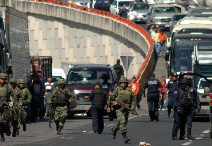 El estudio encontró 218 municipios con intervención militar, contenidos en las 18 regiones. Imagen de contexto de un operativo del Ejército en diciembre de 2011, en Veracruz. (Archivo/Agencias)