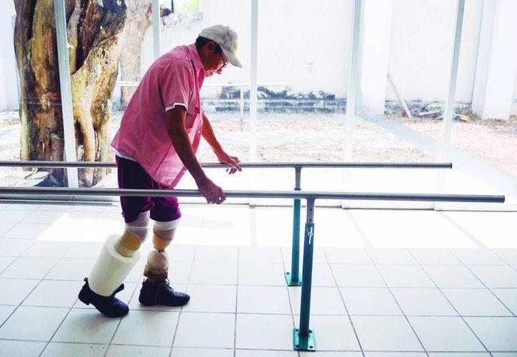 Julián Pacheco Salas realiza ejercicios para comenzar a manejar sus nuevas piernas. (Milenio Novedades)