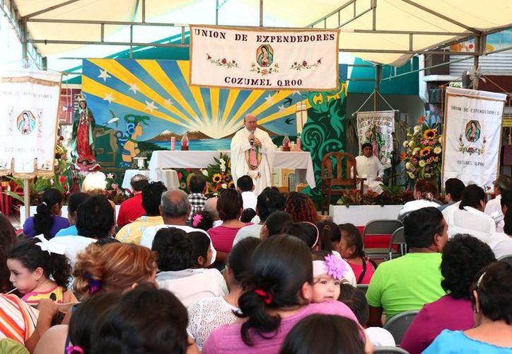 """En el mercado municipal """"Benito Juárez"""" celebraron a la Virgen de Guadalupe"""". (Redacción/SIPSE)"""