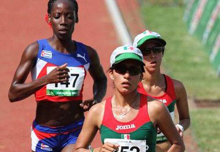 En plena acción, las corredoras mexicanas Brenda Flores y Sandra López, quienes hicieron el 1-2 en los Juegos Centroamericanos y del Caribe 2014. Sumaron oro y plata para México. (NTX)