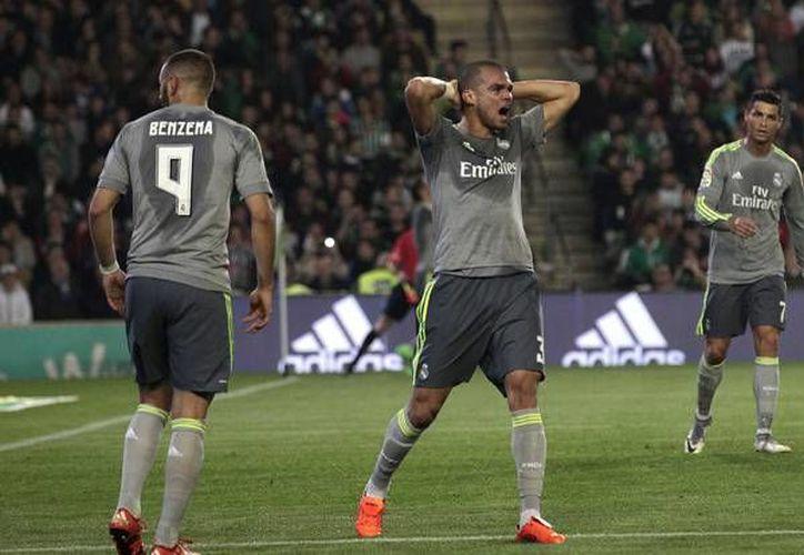 El Real Madrid continúa alejándose de la cima de la Liga de España ya que este domingo empató ante el Real Betis colocándose en la 3era posición de la tabla general. (AP)