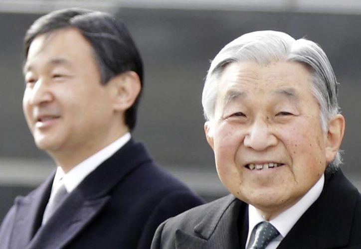 El emperador Akihito de Japón y al fondo su hijo, el príncipe Naruhito, en el aeropuerto internacional Haneda en Tokio. (Agencias)