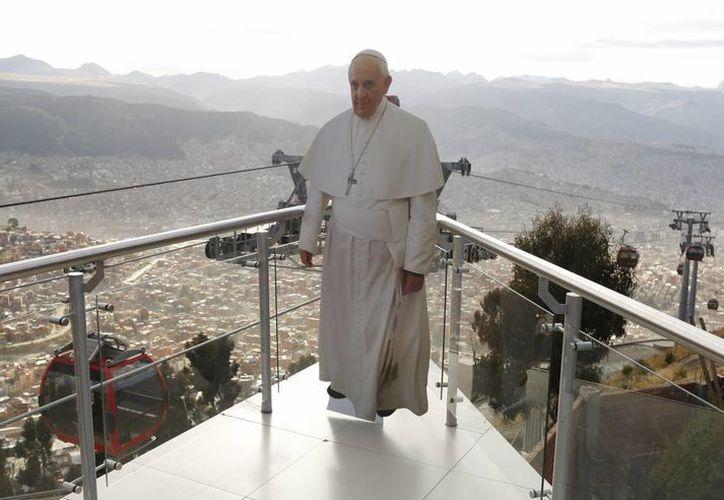 El Papa Francisco en imagen tomada en La Paz, Bolivia, desde una plataforma en la población de El Alto. (Foto: AP)