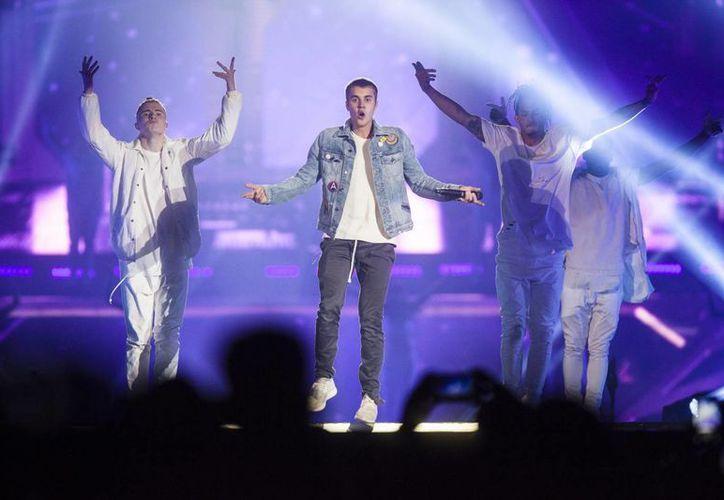 Justin Bieber desató la euforia en las 'beliebers' que gritaron a todo pulmón, desde antes que arrancara su concierto. Imagen del show del canadiense. (Notimex)