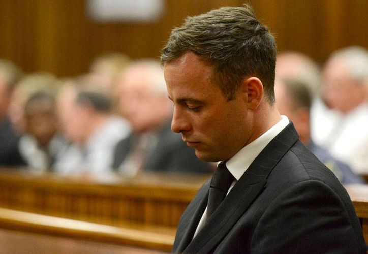 El atleta Oscar Pistorius, durante la audiencia en que la jueza Thokozile Masipa lo condenó a pasar 5 años en la cárcel, por el asesinato involuntario de la modelo Reeva Steenkamp, quien era novia del corredor. (AP)