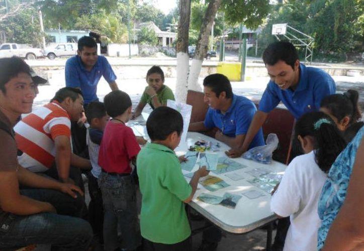Estudiantes de la carrera de Agroecología atendieron a los niños de primaria que visitaron el espacio. (Carlos Yabur/SIPSE)