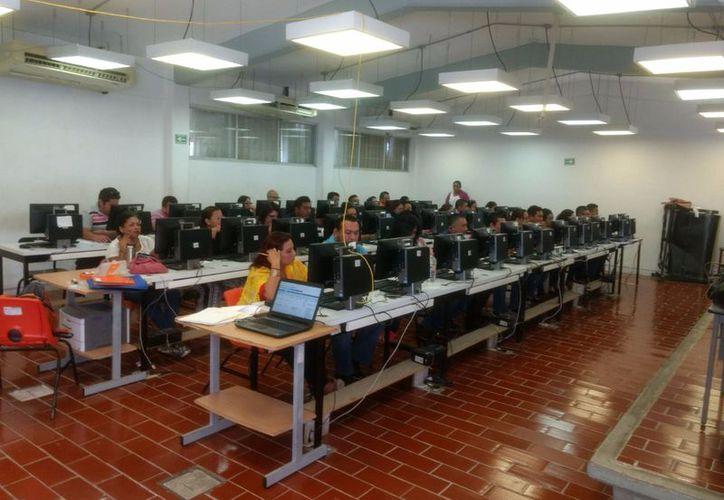 Se realizó un examen piloto con 64 maestros, que ya aprobaron el mismo, para que los instrumentos de evaluación funcionen de manera correcta. (Joel Zamora/SIPSE)
