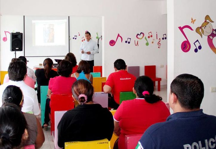 Los colonos durante una reunión en las instalaciones del Programa de Atención a Niños, Niñas y Adolecentes. (Redacción/SIPSE)
