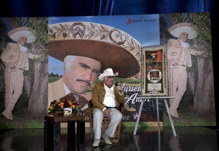 Vicente Fernández reunirá a más de 100 mil personas en el Estadio Azteca, en último concierto. (AP)