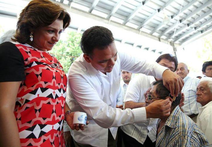 Entre sus actividades de ayer, el gobernador Rolando Zapata y su esposa Sarita Blancarte entregaron aparatos auditivos. (SIPSE)