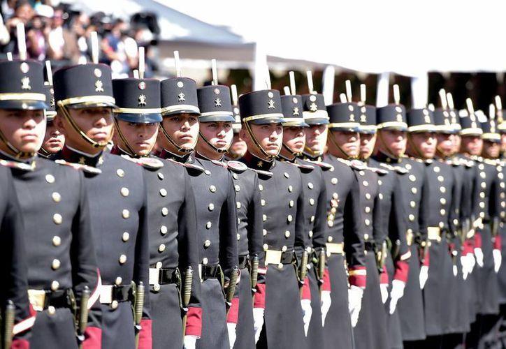 En la ceremonia conmemorativa de la Marcha de la Lealtad, uno de los cadetes del Heroico Colegio Militar sufrió un desmayo y severas lesiones por el golpe. (Presidencia)