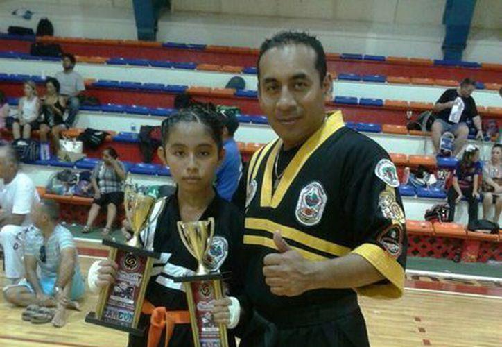 El maestro Castillo, con una de sus alumnas de la Unidad Deportiva 'Los Héroes' del Ayuntamiento de Mérida. (Milenio Novedades)